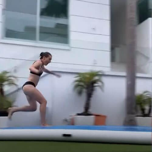 попытка соскользнуть в бассейн