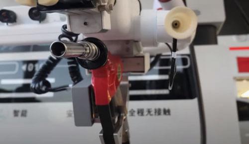 робот работает на автозаправке