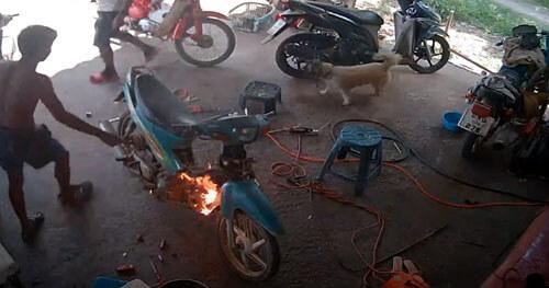 мотоцикл неожиданно загорелся