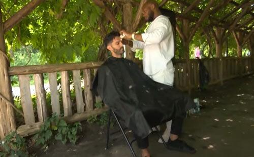 парикмахер стрижёт всех в парке