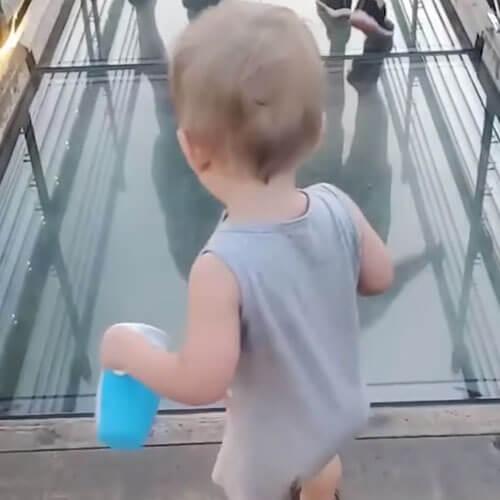 малыш на стеклянном мосту