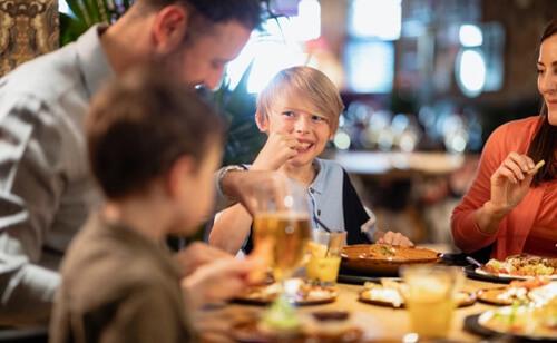 визжащий ребёнок в ресторане