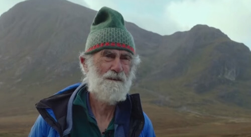 старичок карабкается на горы