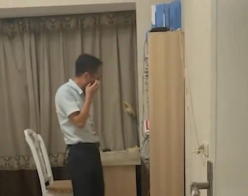 отец плачет из-за отъезда сына