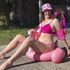 Весёлая женщина забавно копирует популярные фото из социальных сетей
