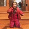 Девочка научилась надевать куртку совершенно новым способом