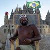Мужчина построил себе песчаный замок на пляже и живёт там 22 года
