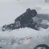 Юный помощник оригинально очистил машину от снега