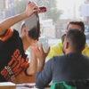Шутники-официанты повеселили посетителей кафе