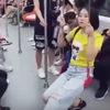 Предприимчивая девушка всегда находит себе место в общественном транспорте