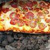 пиццу готовят на вулкане